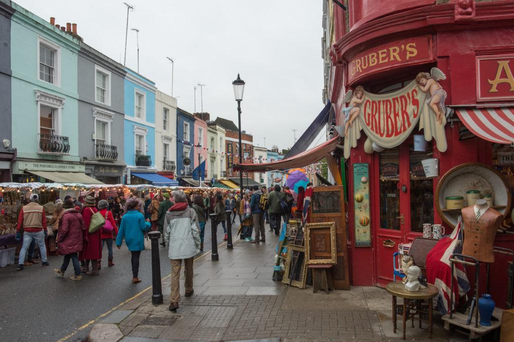 Londra e Portobello Road sono ancora protagoniste della storia.