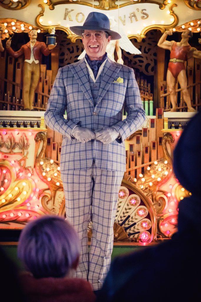 Hugh Grant nei panni del cattivo, l'attore Phoenix Buchanan.