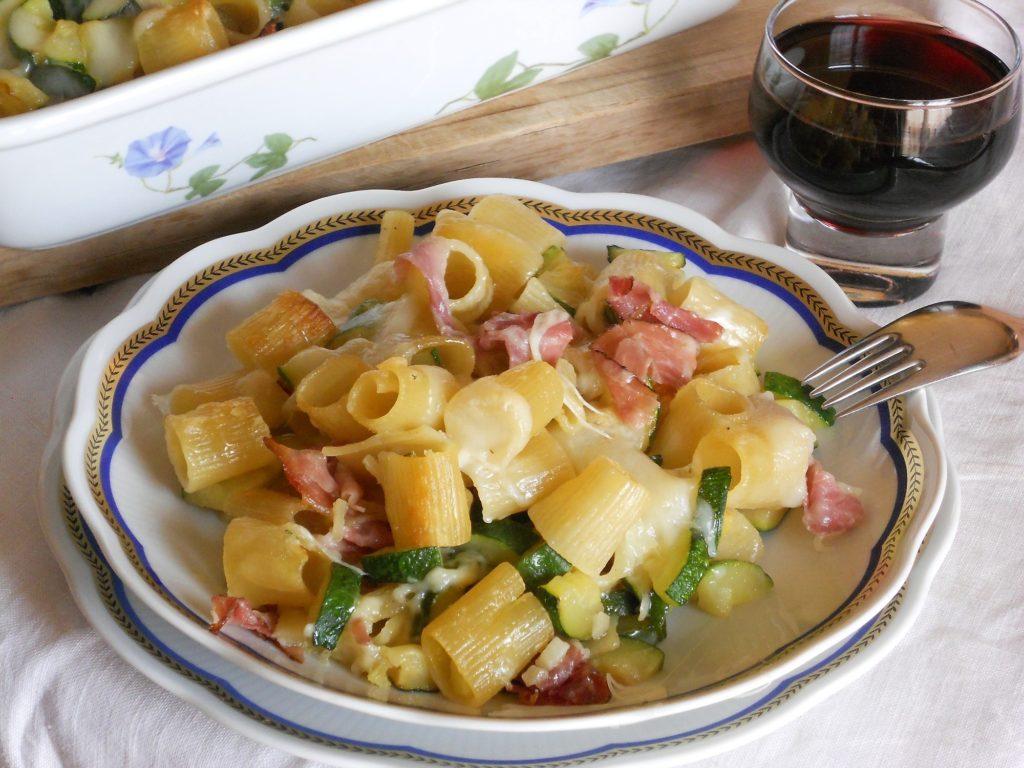 Pasta al forno con zucchine speck e pecorino
