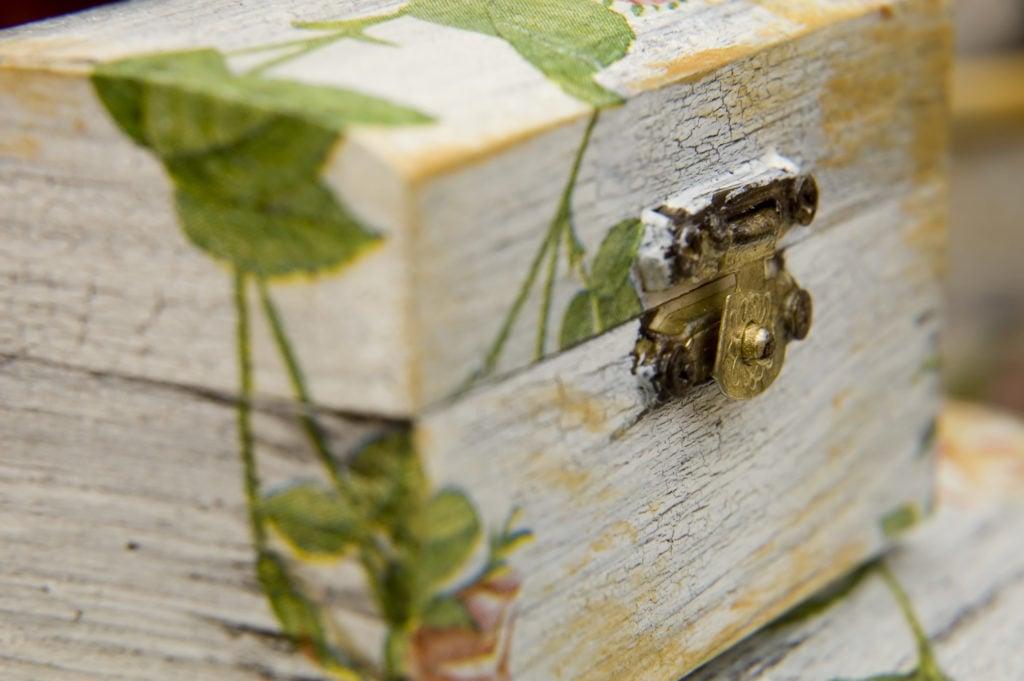 Scatolina in legno personalizzata con il decoupage.