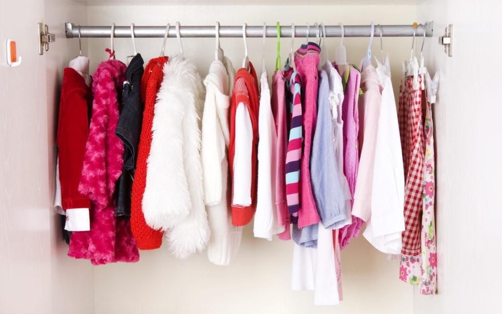 Un armadio ordinato può facilitare la ricerca dei vestiti.