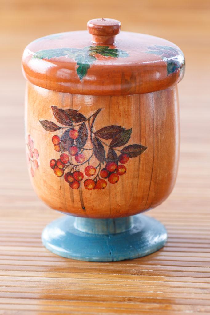 Piccolo contenitore di legno in stile decoupage.