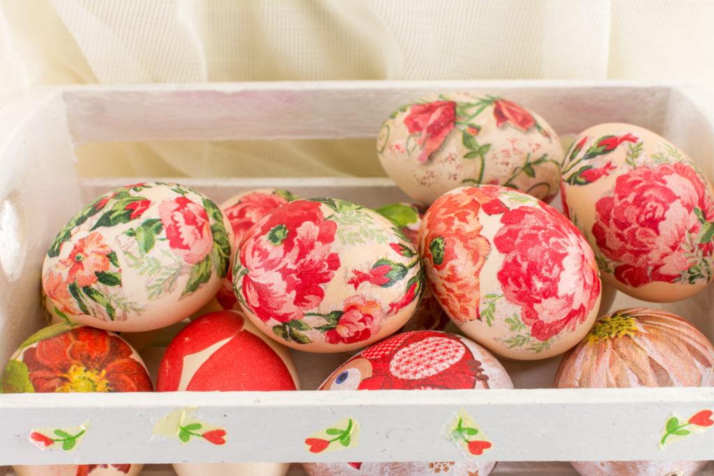 Uova pasquali di legno personalizzate con il decoupage