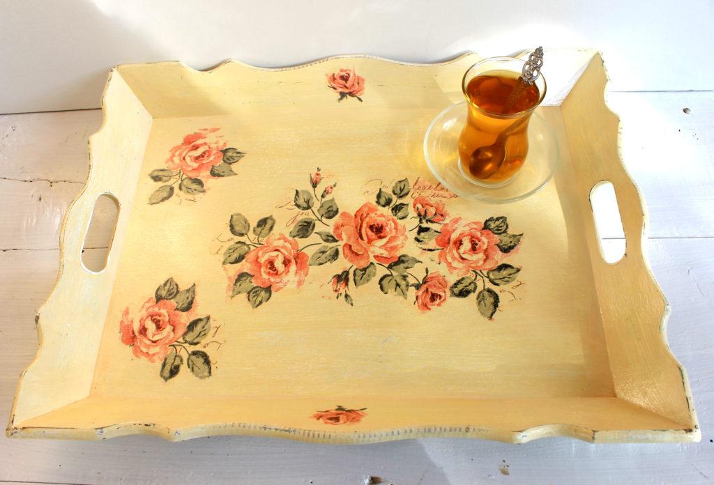 Vassoio di legno impreziosito con rose.