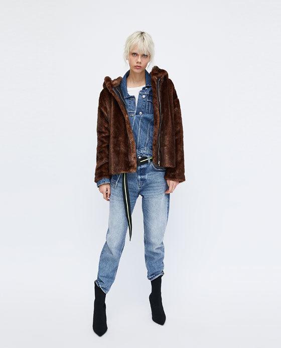 Zara pelliccia corta con chiusura zip in color testa di moro.