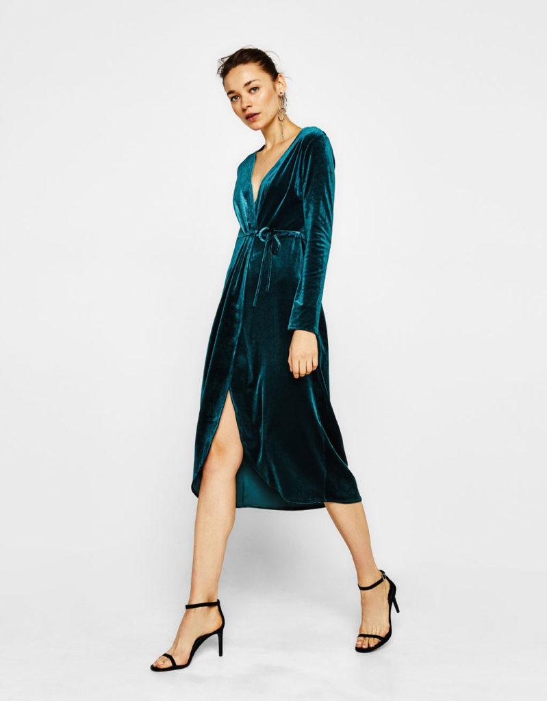 Vestito a vestaglia colore verde petrolio by Bershka (24,99 euro).