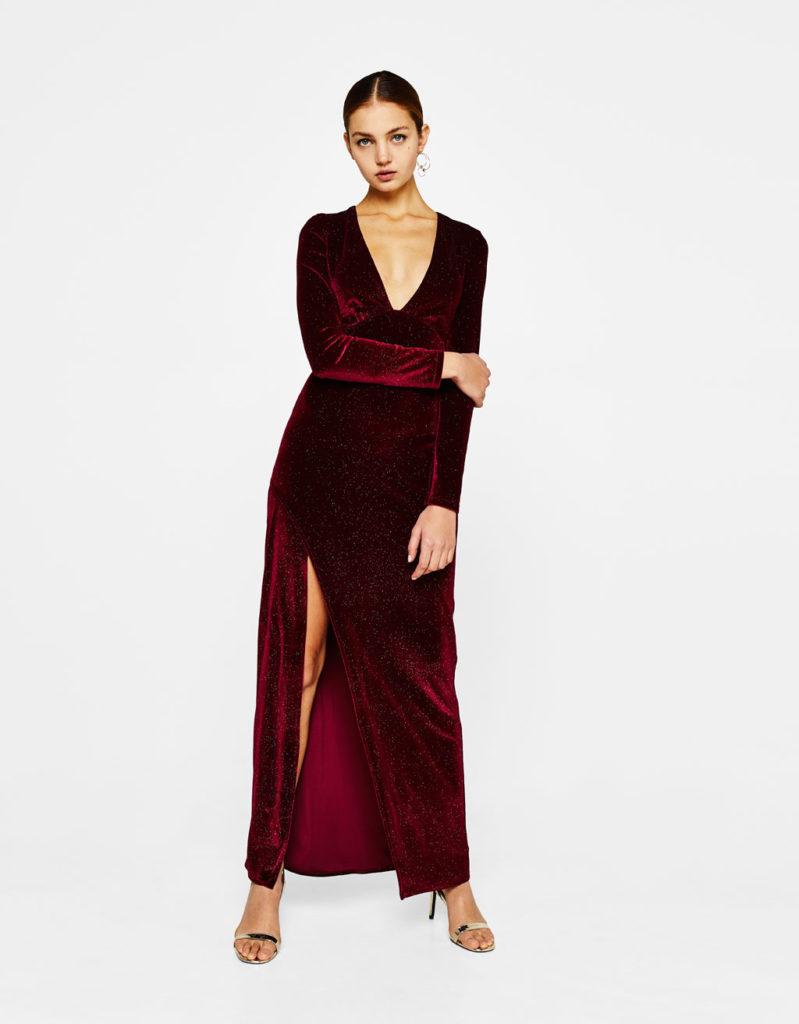 Vestito lungo in velluto con scollo profondo e maxi spacco by Bershka (39,99 euro).