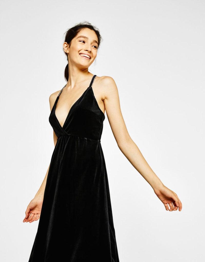 Vestito sottoveste nero in velluto by Bershka (29,99 euro).