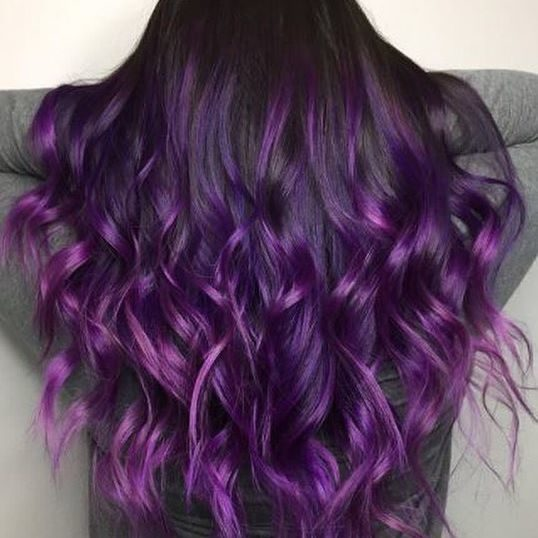 Capelli corti viola scuro