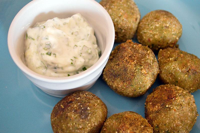 Polpette di quinoa con salsa di pomodori secchi e yogurt greco