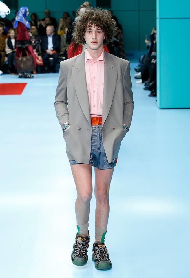 Modello con shorts per Gucci alla MFW FW 2018