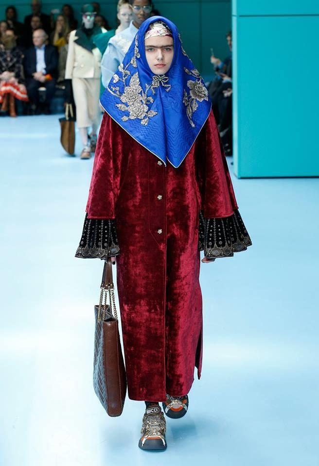 Modella con simil burqa per Gucci alla MFW FW 2018