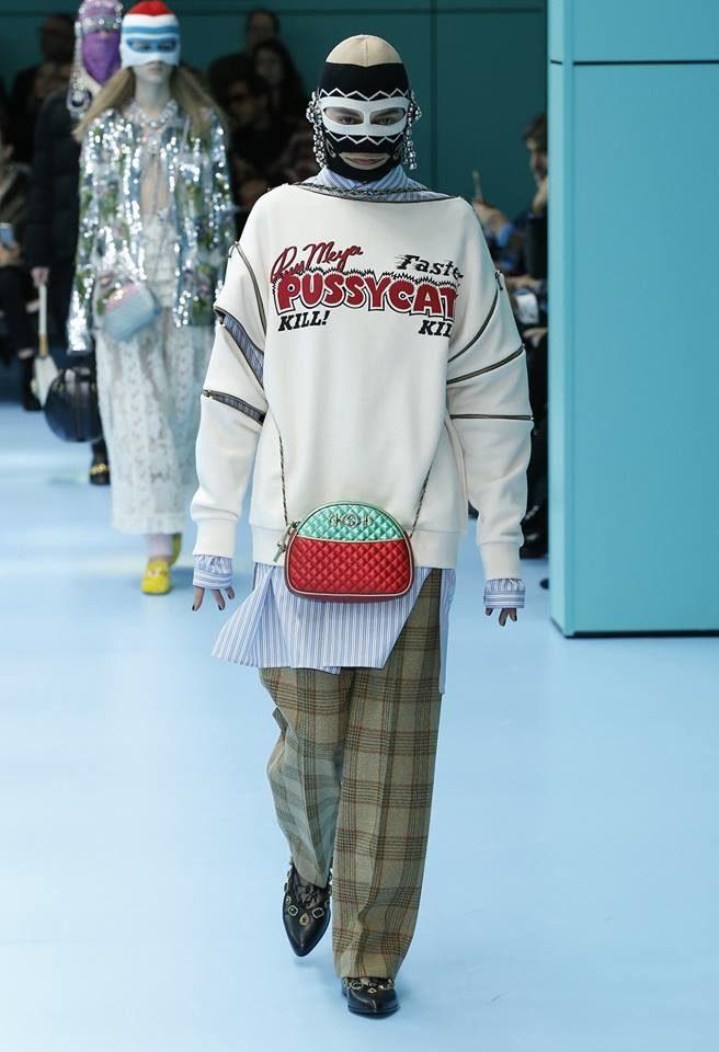 Modella con passamontagna e maglione branded per Gucci alla MFW FW 2018.