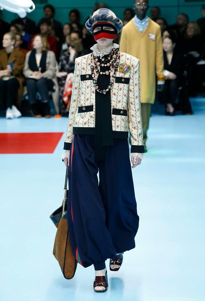 Modella Chanel style con maxi pantaloni per Gucci alla MFW FW 2018.