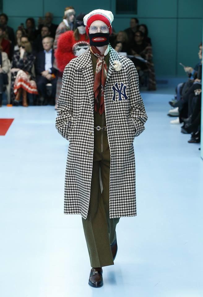 Modella con passamontagna e cappotto per Gucci alla MFW FW 2018.