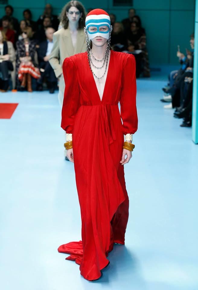 Modella con abito rosso con scollo profondo per Gucci alla MFW FW 2018.