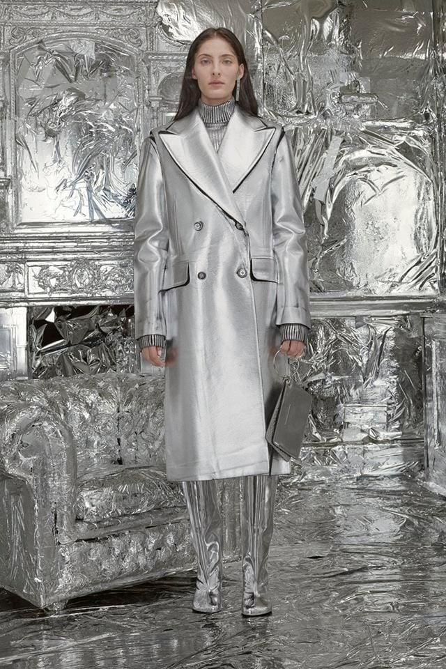 Cappotto argento con grandi revers Maison Margiela alla LFW FW 2018-2019.