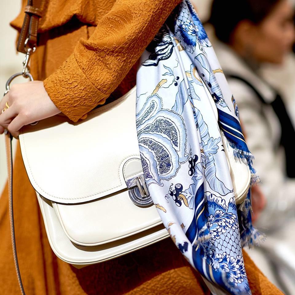 NYFW FW 2018: borsa bianca con foulard floreale by Tory Burch.