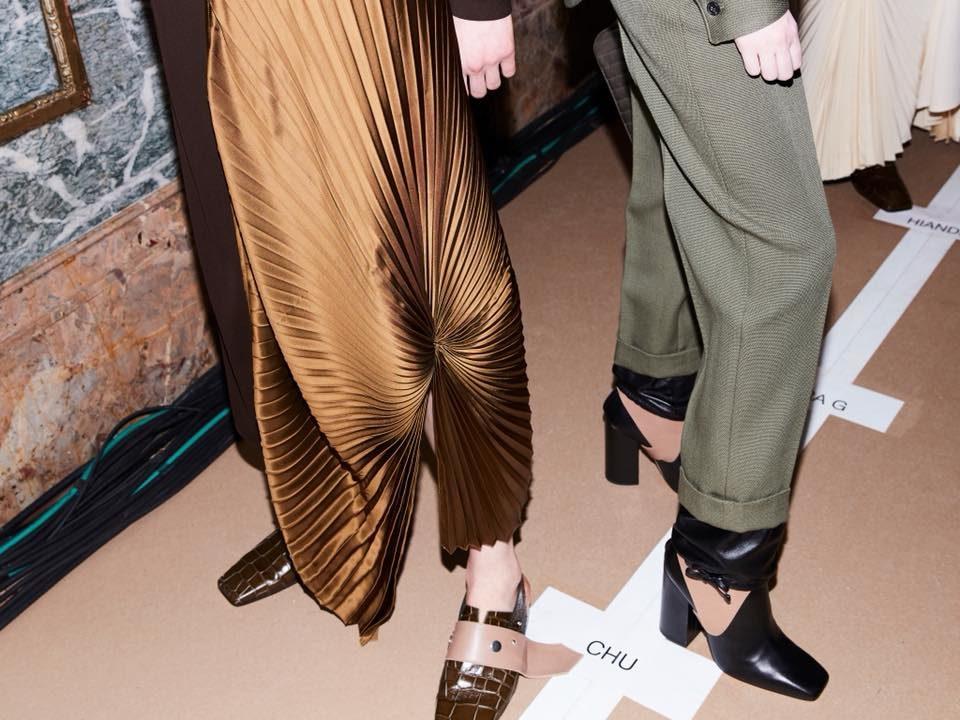 NYFW FW 2018: dettagli delle gonne e delle scarpe della collezione by Victoria Beckham.