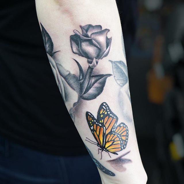 Tatuaggio fiore con farfalla - Fonte Instagram @redwrighttattoos_files