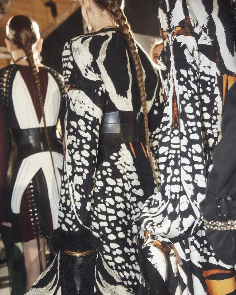 Dettaglio abiti con fantasia ispirata alle ali delle rfafalle Alexander McQueen.