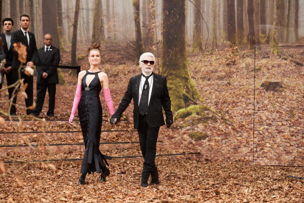 Karl Lagerfeld per Chanel al termine della sfilata alla PFW FW 2018-2019.