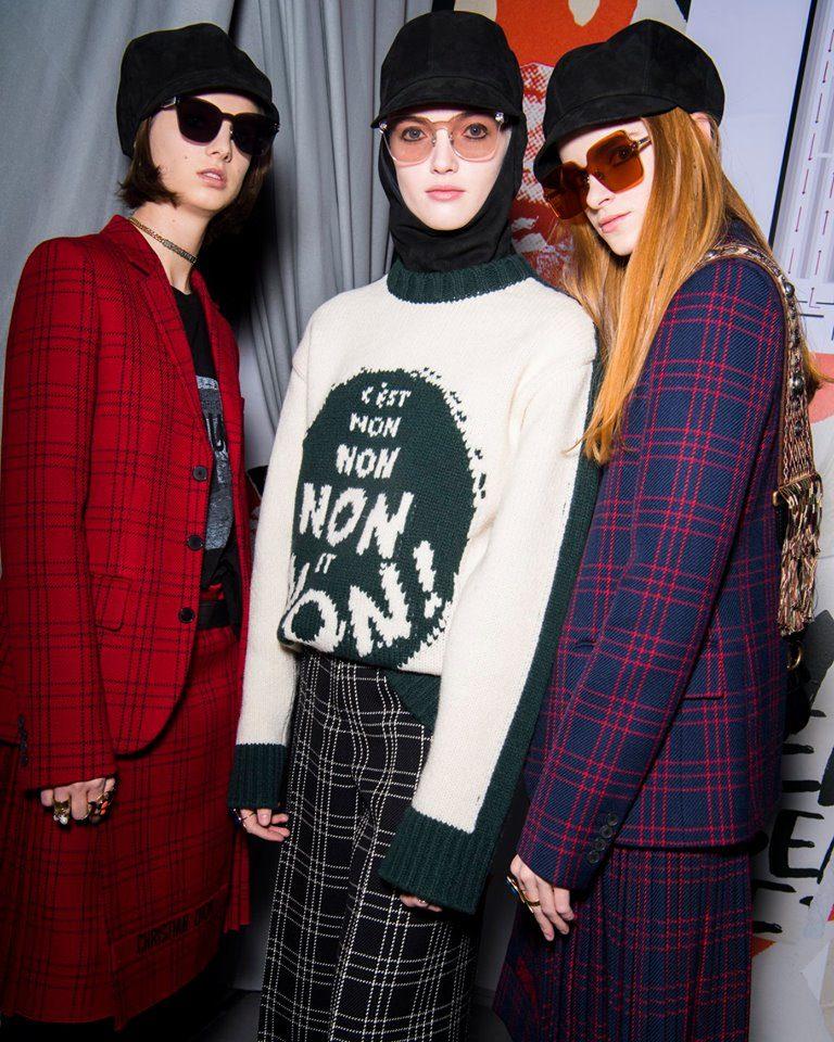 Modelle indossano capi tartan e knitwear per Dior alla PFW 2018-2019.
