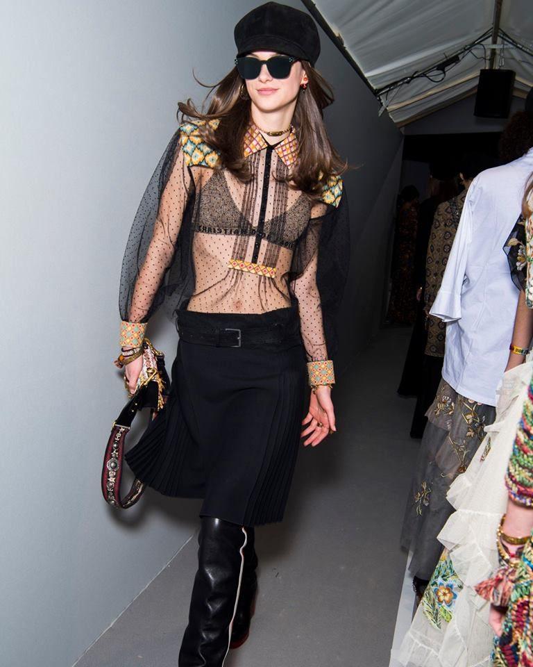 Modella con blusa che gioca con le trasparenze per Dior alla PFW 2018-2019.
