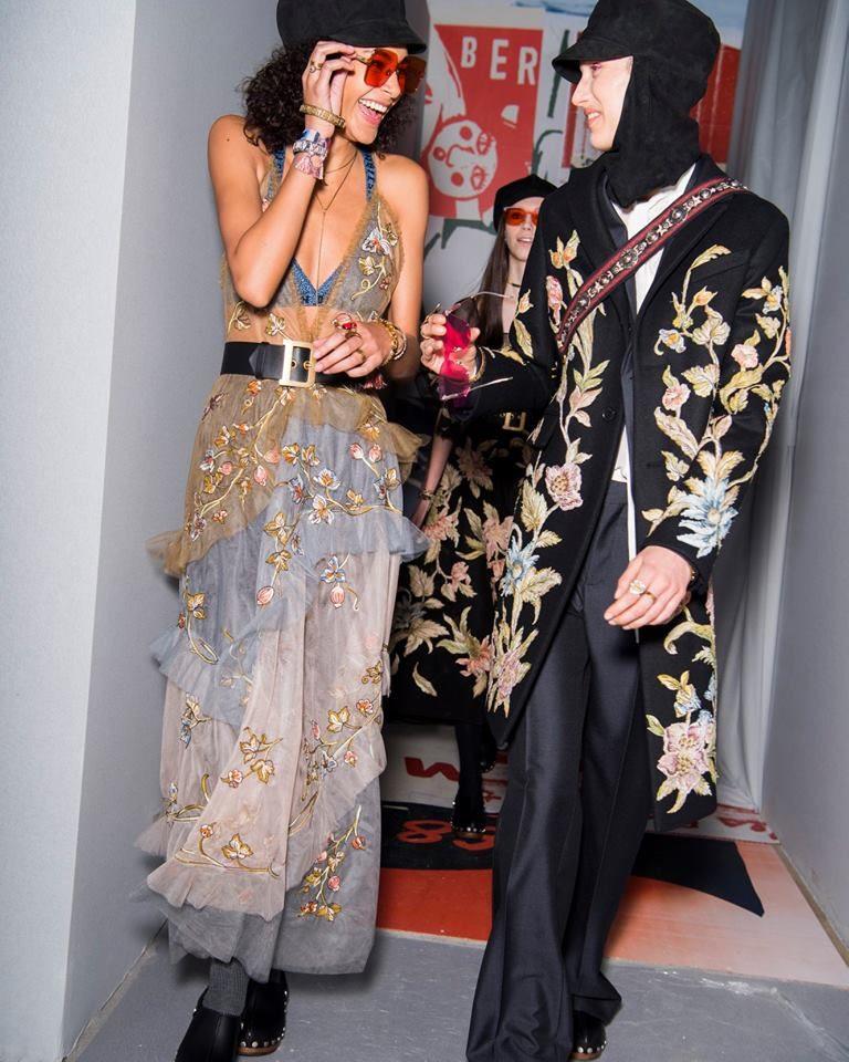 Modelle con due capi di ispirazione floreale alla sfilata Dior per la PFW 2018-2019.
