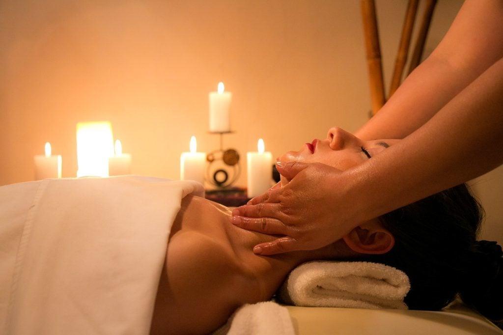 Massaggio californiano con olio.