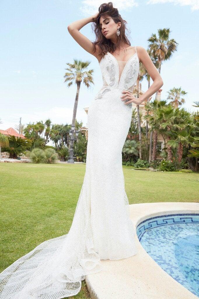 Atelier Alessandra Rinaudo modello Lisandra. sofisticato modello a sirena creato con uno speciale tessuto in rete brillante.