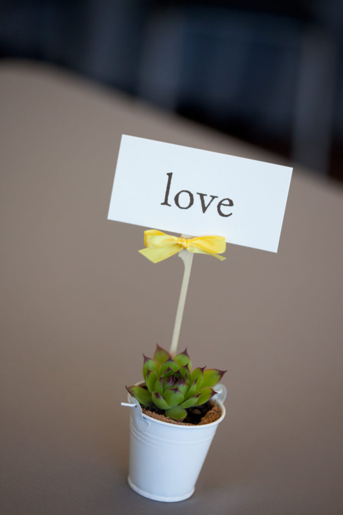 Personalizzare un vasetto con una frase o con il nome degli sposi.