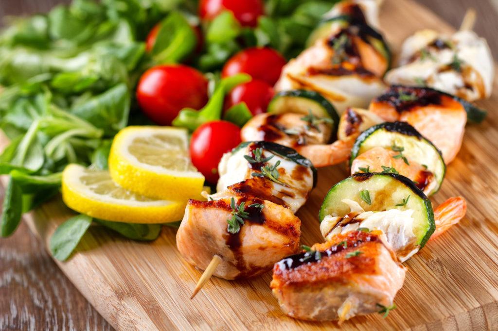 Spiedini di gamberetti, salmone e zucchine alla griglia