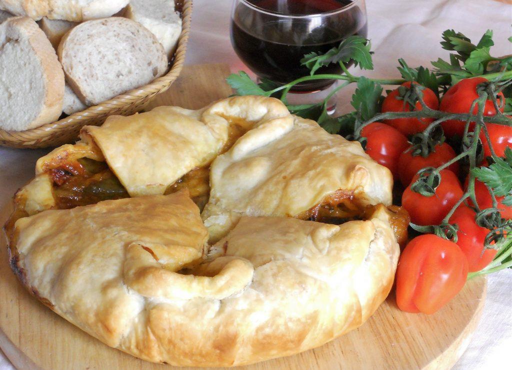 Torta salata mediterranea con friggitelli pomodorini grigliati e mozzarella