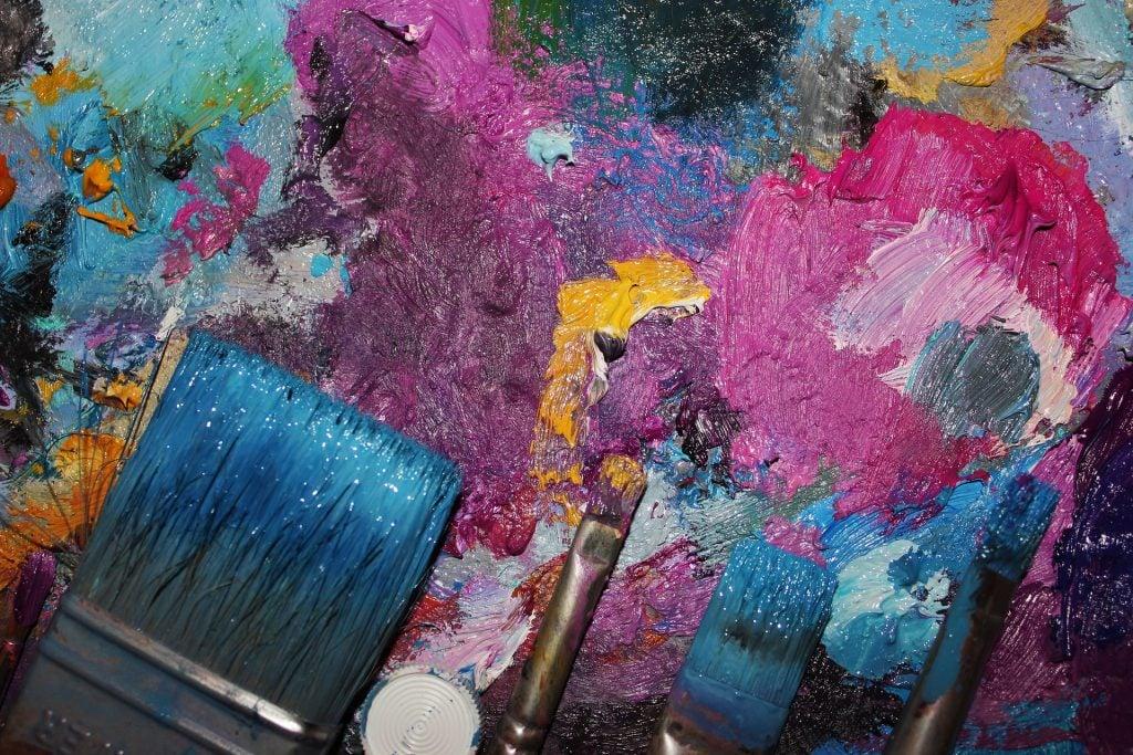 Attività belle per divertirsi in casa: dipingere insieme!