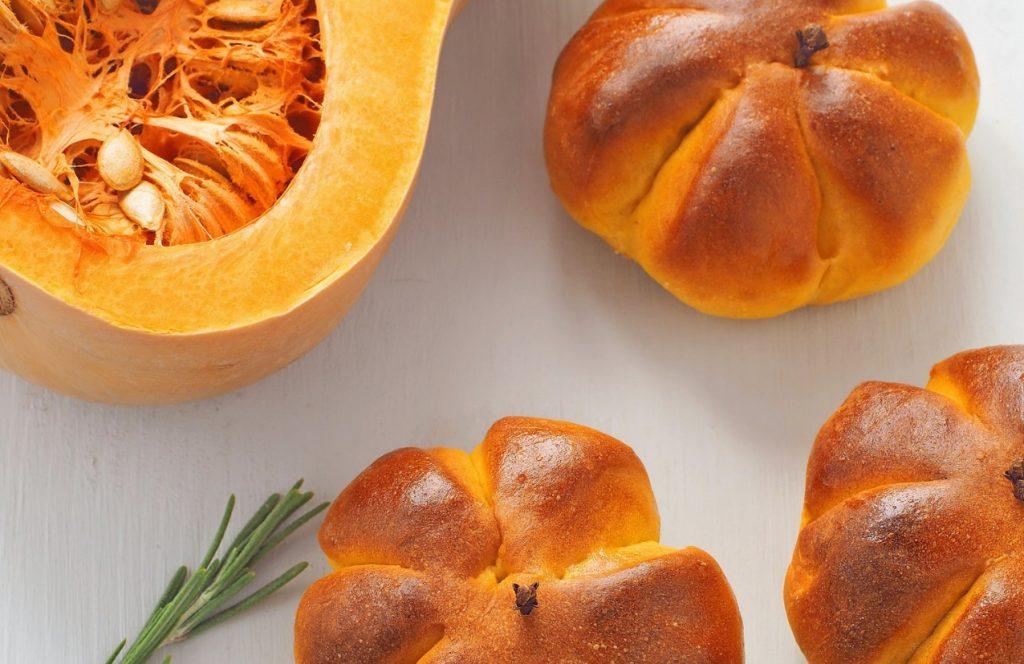 Panini a forma di zucca al sapore di zafferano e curry.