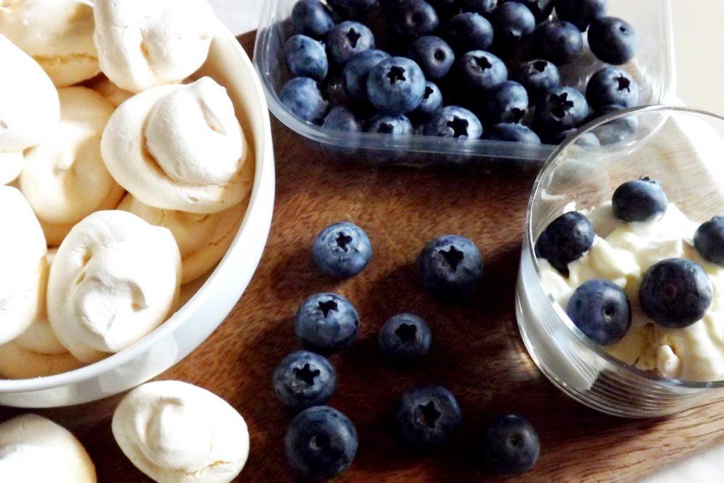 Bicchierini con meringhe, yogurt greco e mirtilli