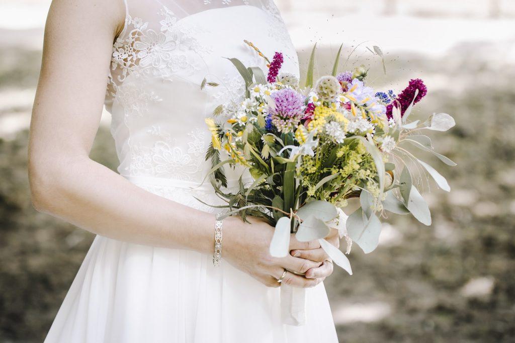 bouquet da sposa con fiori di campo colorati
