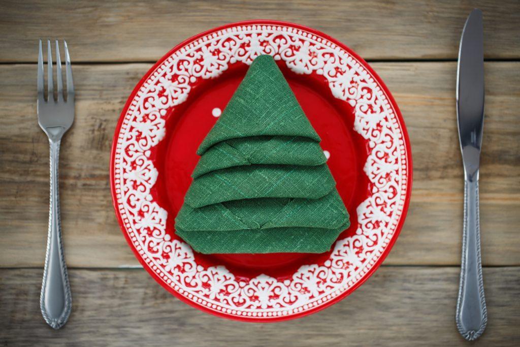Idee per piegare i tovaglioli sulle tavole natalizie