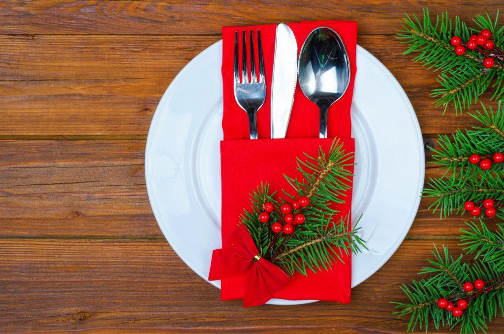 Idee per piegare i tovaglioli sulle tavole natalizie.