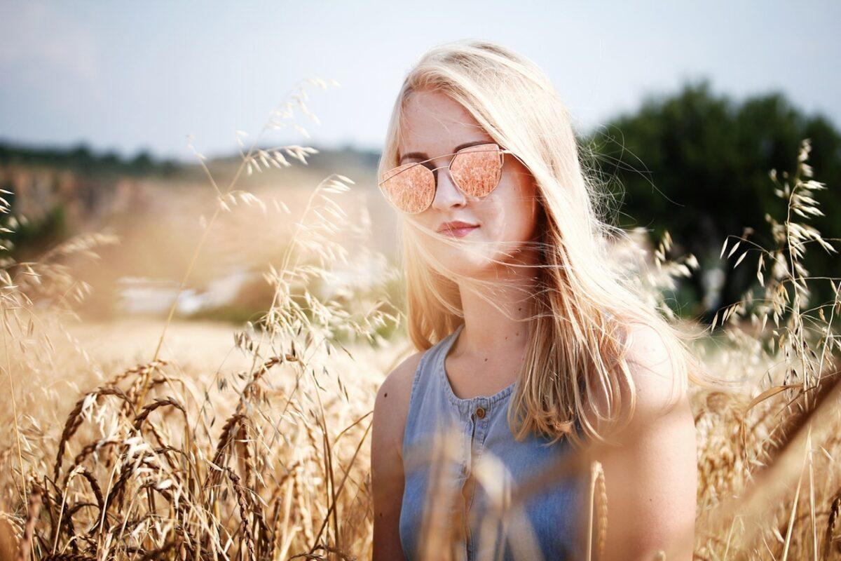 Capelli tinti e sole, come proteggerli in estate