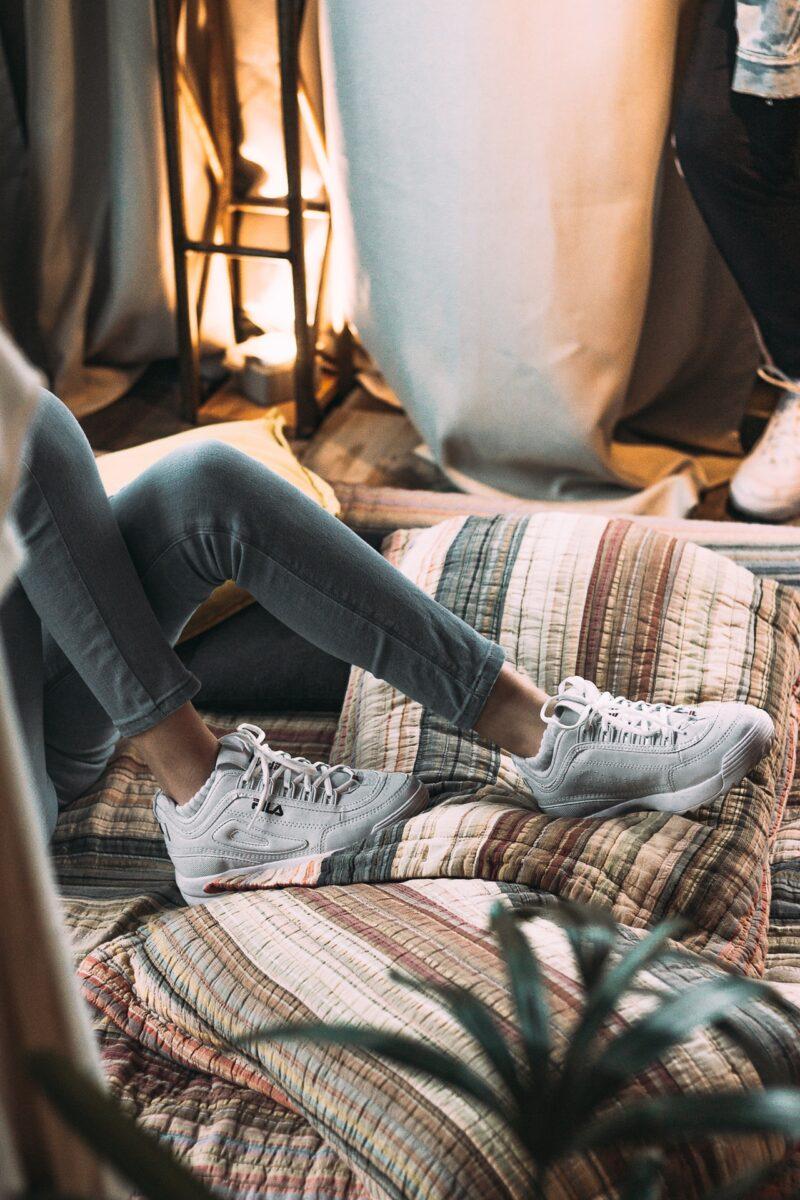 Le sneakers bianche piacciono a tutte, soprattutto alle influencer