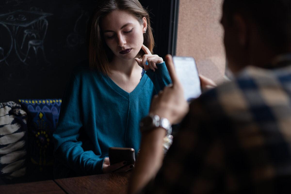 Stashing e le relazioni nascoste: cosa fare se il partner è uno stasher