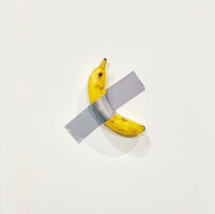 La banana di Cattelan scatena i brand sui social