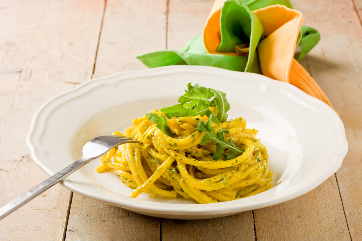 Spaghetti con crema di rucola e pompelmo