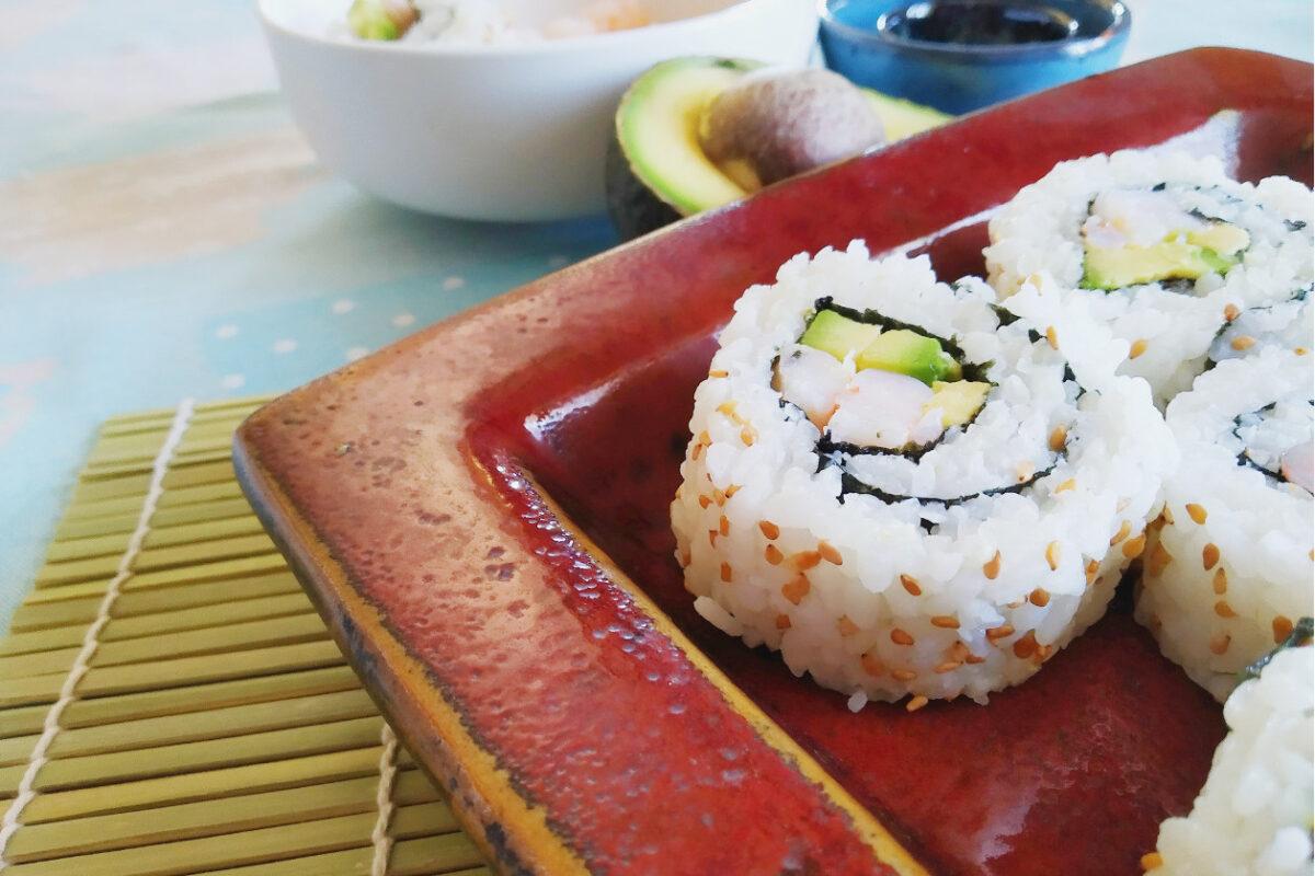Uramaki con gamberi e avocado fatti in casa