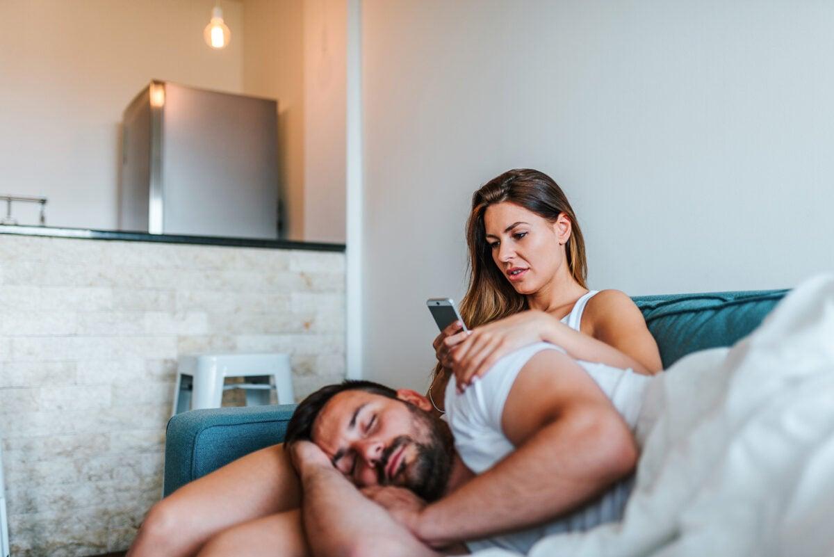 Controllare il cellulare del partner, come non farti scoprire