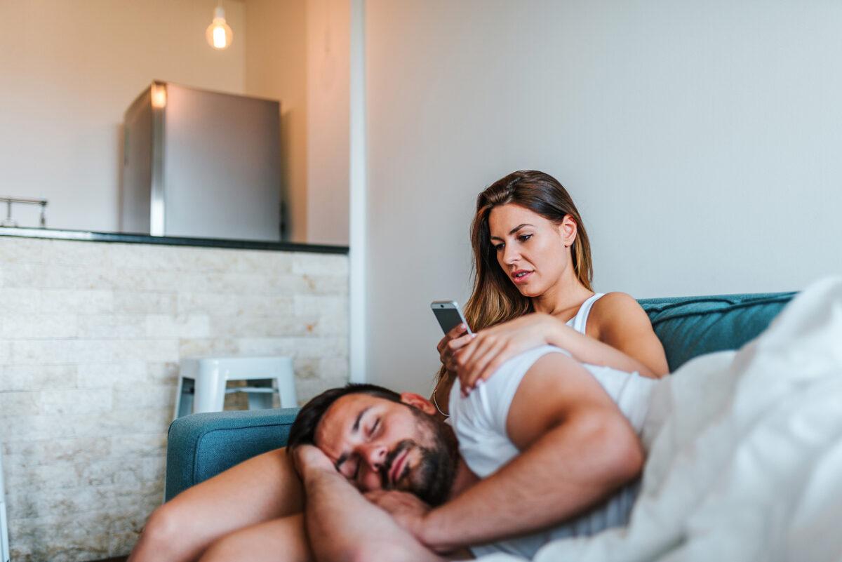 Controllare il cellulare del partner, perché non farlo