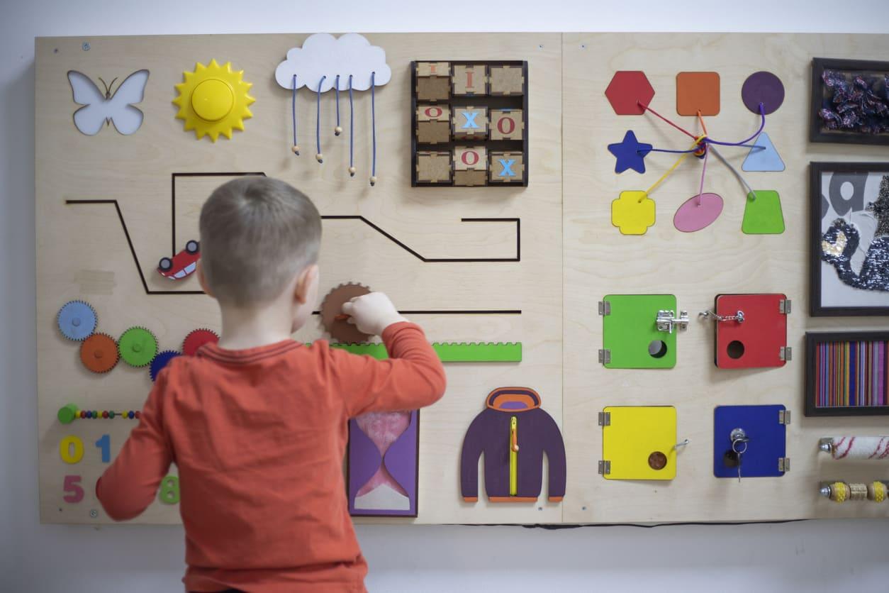 Pannelli sensoriali Montessori, cosa sono e a cosa servono