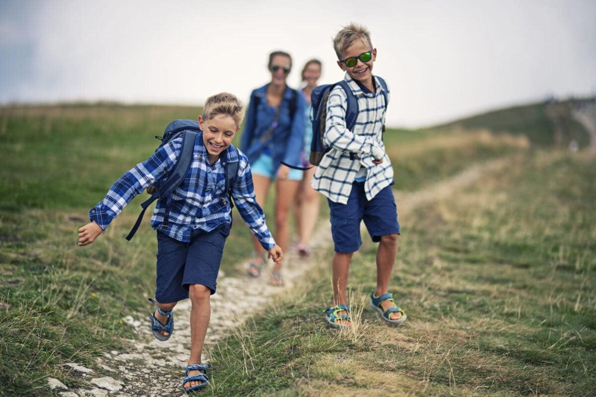 Come vestire i bambini per la montagna in estate